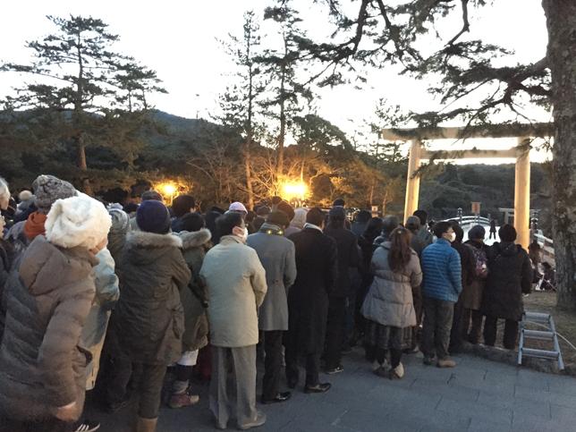 宇治橋前に集まる人々