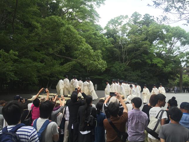 大祓の儀を奉観する人々