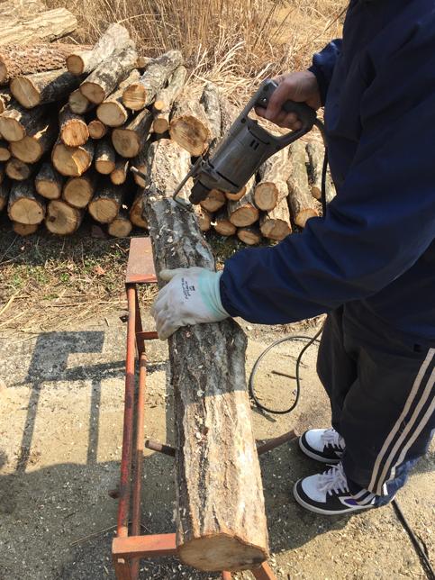 原木に穴を開ける